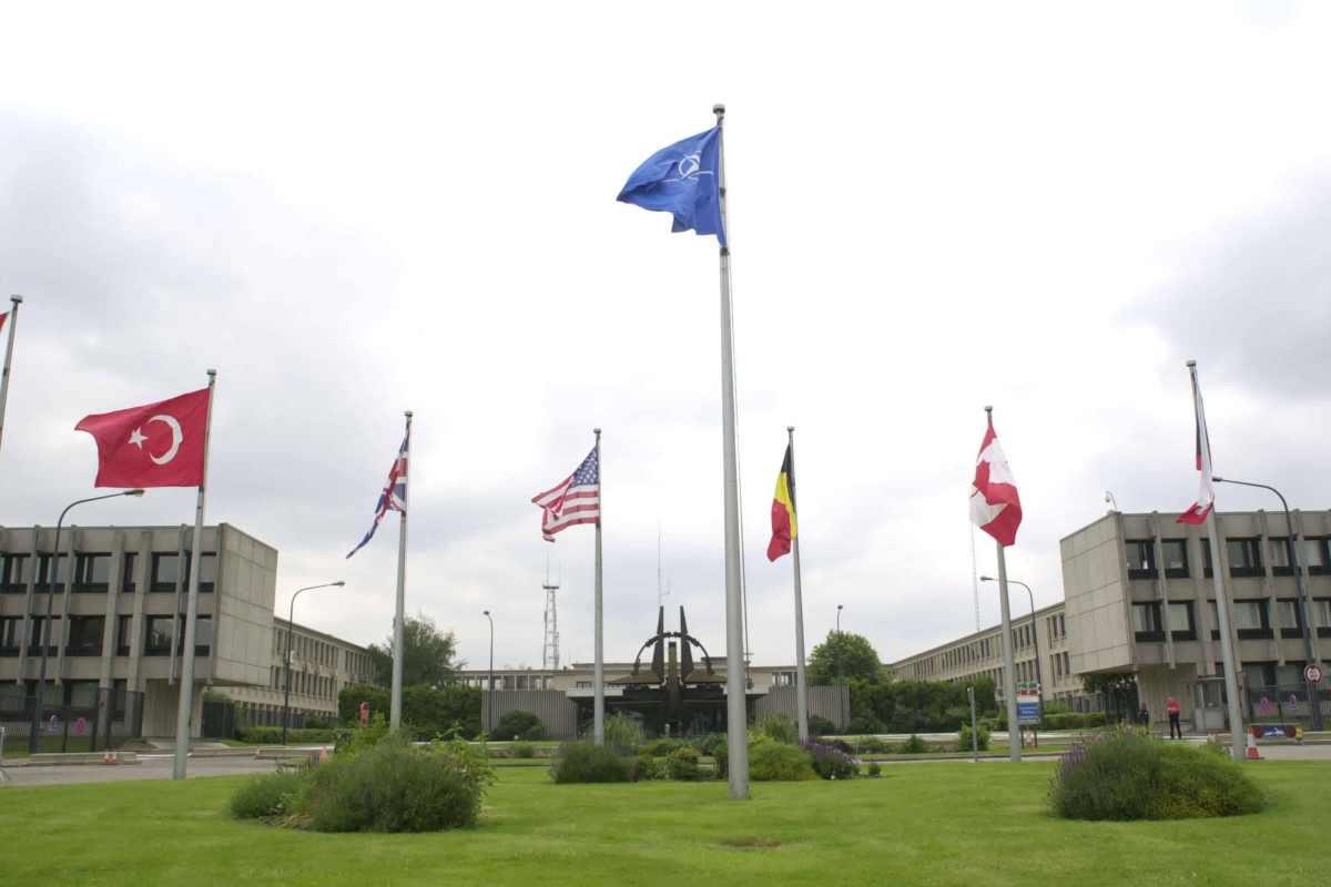 Kuzey Makedonya Bayrağı Düzenlenen Tören İle NATO Merkezine Asıldı.